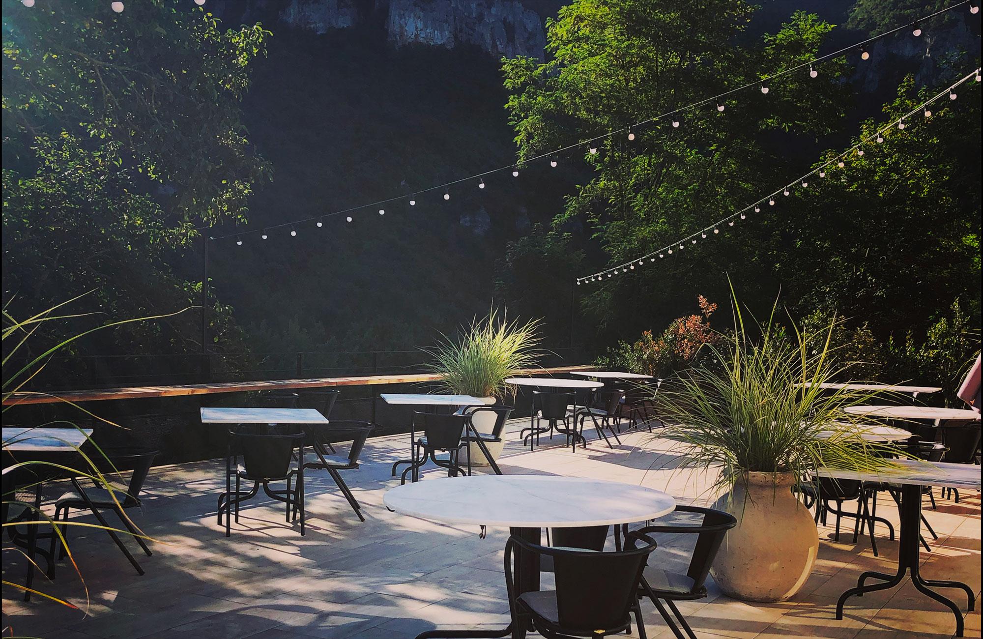 restaurant terrasse sahuc tables